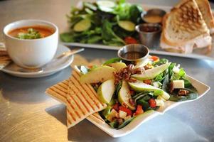 Anjou Asiago Salat Mittagessen vorgestellt foto