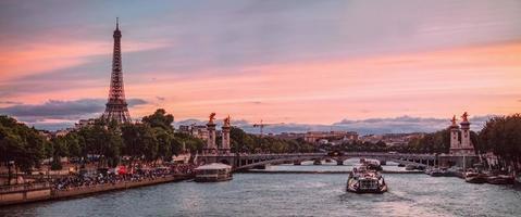 Seine in Paris mit Eiffelturm in Sonnenaufgangzeit foto