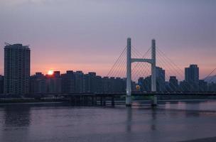 der Sonnenuntergang der Brücke foto