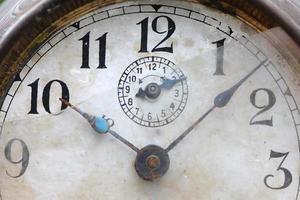das Zifferblatt der alten Uhr schließt foto