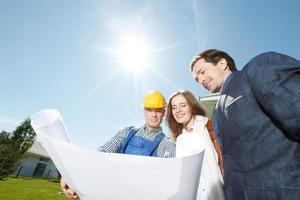 Vorarbeiter zeigt Hausentwurfspläne