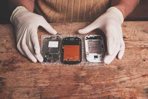 Techniker repariert Smartphone foto