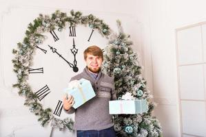 glücklicher Mann trägt Geschenke