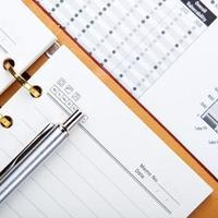 Finanzdiagramme und Grafiken auf dem Tisch foto