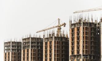 Bauturmkran und Gebäude foto