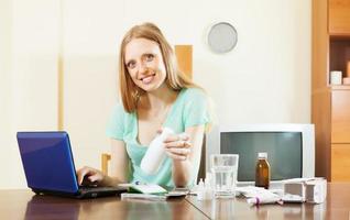Frau, die Medikamente in der Online-Apotheke wählt foto