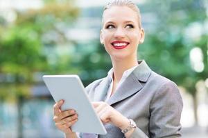 Geschäftsfrau mit digitalem Tablet