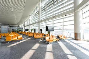 Innenraum der modernen Wartehalle des Flughafens