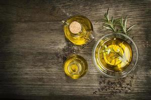 Olivenöl mit Kräutern foto