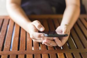 Frau, die das Smartphone für Geschäft im Café verwendet