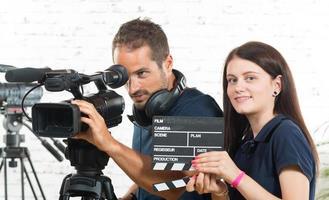 Kameramann und eine junge Frau mit einer Filmkamera foto