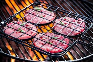 rotes Steak mit Rosmarin und Pfeffer rösten foto