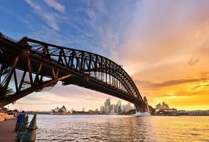 Blick auf Sydney Harbour in der Abenddämmerung foto