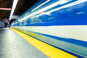 bunte U-Bahn mit Bewegungsunschärfe