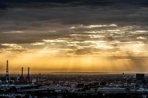 schöner surrealer Sonnenuntergang über Melbourne City foto