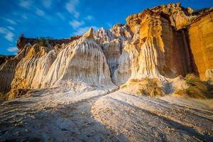 Sandsteinpfeiler am schwarzen Felsenstrand, Melbourne foto