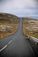 Autobahn durch Islandlandschaft am bewölkten Tag