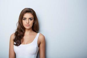 schönes Frauenporträt. schönes Mädchen. frische Haut foto