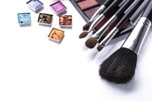 verschiedene Kosmetika über weiß isoliert foto