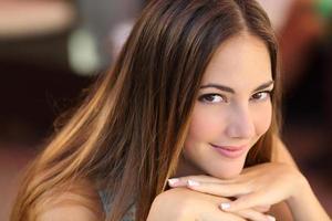 Porträt einer selbstbewussten Frau mit glatter Haut foto