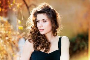 Porträt der schönen jungen Frau im Freien