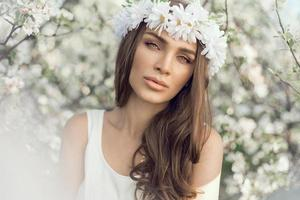 Porträt der jungen schönen natürlichen Frau im Freien