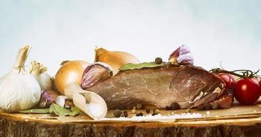 natürlich zubereitetes Essen. geräuchertes Schweinefleisch mit Kräutern und Gewürzen. foto