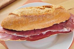 spanisches serrano schinkensandwich foto