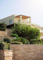 Porträt des tropischen Wohnhauses mit Bäumen. foto
