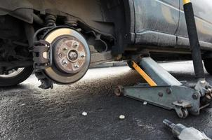 Der Wagenheber ersetzt das Rad eines Autos und hält die Karosserie