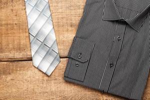 Hemd und Krawatte auf einem Holztisch foto