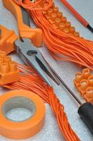 Werkzeuge und Elektrokomponenten-Kit zur Verwendung in Elektroinstallationen foto