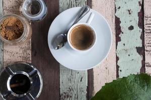 Tasse Kaffee auf Holztisch foto