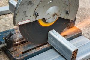 Schneiden eines quadratischen Metalls und Stahls mit einer Verbundgehrungssäge