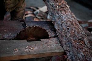 Schreiner arbeitet an der Holzbearbeitung der Werkzeugmaschine foto