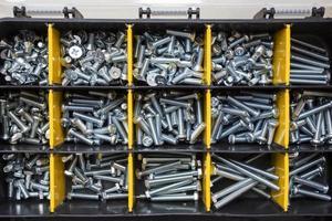 Nahaufnahme der Schrauben im Werkzeugkasten foto