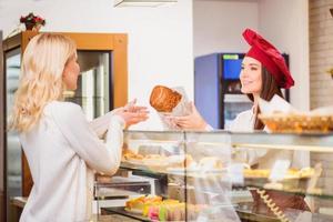 schöne junge Frau in einer Bäckerei foto