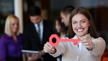 Geschäftsfrau mit Schlüssel foto