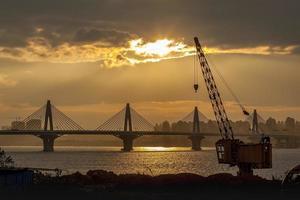 Kräne und Brücke foto