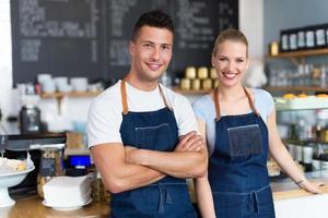 Paar arbeitet im Café