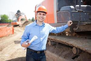 Mann bei der Arbeit auf einer Baustelle foto