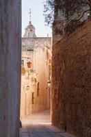 alte schmale Straße in Mdina, Malta. foto