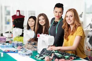 Frauen in einer Nähwerkstatt foto