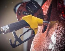 Benzinspender im Auto. foto