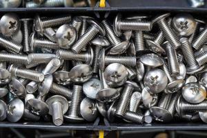 Nahaufnahme von rostfreien Schrauben im Werkzeugkasten foto