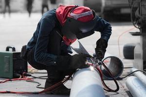 Schweißarbeiten für Stahlrohre foto