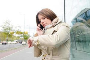junge geschäftsfrau prüft zeit, berlin, deutschland foto