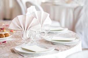 eleganter runder Esstisch für die Hochzeit foto