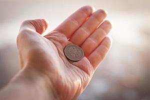 Münze in der Hand. foto