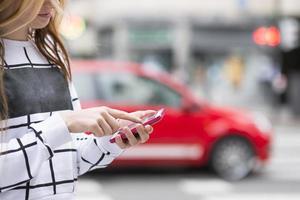 Detail Hände mit Handy in der Straße, modernes Lifestyle-Konzept. foto